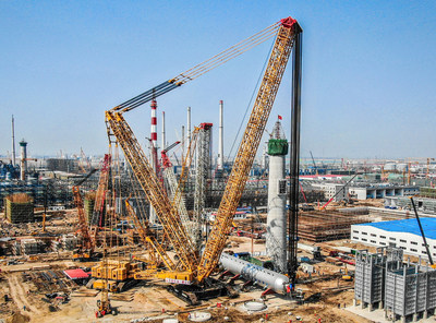 Batiendo récords de capacidad de grúas: la grúa sobre orugas XGC88000 de XCMG completa la instalación del reactor de hidrogenación de 2.600toneladas en China diez días antes de lo previsto. (PRNewsfoto/XCMG)