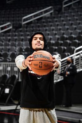 Trae Young, miembro del equipo asesor de Wilson y armador de los Atlanta Hawks, sostiene el nuevo balón oficial de la NBA.