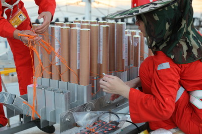 La fotografía muestra al equipo de exhibición de fuegos artificiales afinando los últimos detalles para el espectáculo. (Fotografía de Dancing Fireworks) (PRNewsfoto/Xinhua Silk Road)
