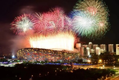 La fotografía muestra los fuegos artificiales explotando sobre el estadio nacional. (Fotografía de Xinhua News Agency) (PRNewsfoto/Xinhua Silk Road)